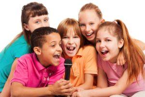 Дети с микрофоном