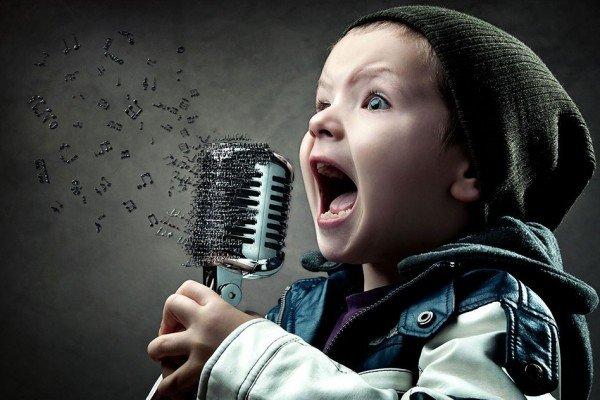 Малыш с микрофоном