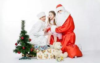 Дед мороз и снегурочка под елкой