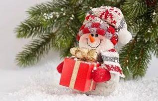 Веселый снеговик с подарком картинка