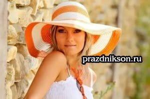 Оранжевая шляпа на девушке