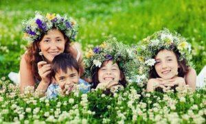 Мама с детьми на лугу в венке