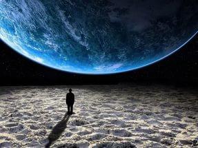 космос и человек на луне