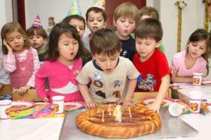 Дети дуют на торт фото