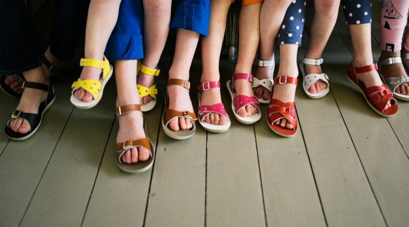 Детские ноги в босоножках